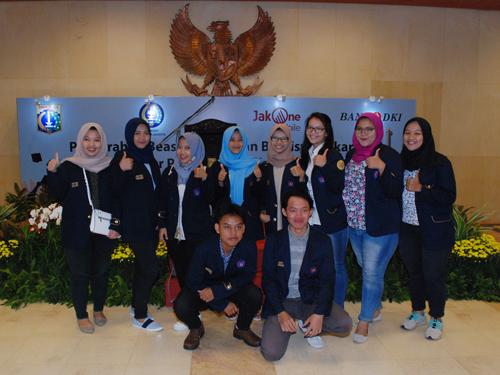 Gubernur DKI Jakarta Anies Baswedan menyerahkan beasiswa